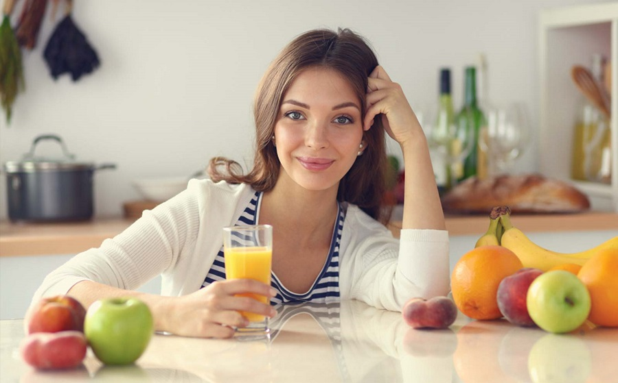 portrait-of-a-pretty-woman-holding-glass-with-tasty-juice